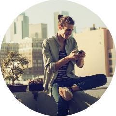 mężczyzna patrzący wtelefon